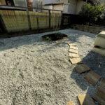 防草シート、砂利敷きの防草対策、マルバノキの植え付け、支柱、簡易花壇作り/さいたま市北区