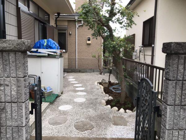 庭木抜根と砂利敷きで防草対策、花壇づくり/上尾市