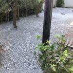 お庭の防草対策(砕石入れ)と生垣剪定